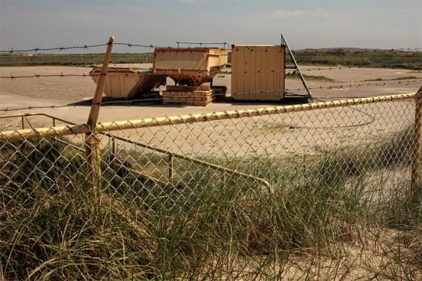 De Nam wil die locatie bij Hollum opgeven. Omdat er toch niet gewonnen gaat worden. Bovendien is het onzeker of de kustverdediging daar wel gehandhaaft kan  worden. Van de locatie wordt alles verwijderd en zand tot een twee meter afgegraven.