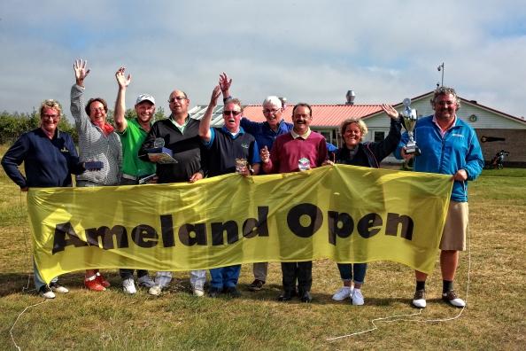 """Uit heel Nederland, zelfs uit Ierland en Engeland waren ze naar Ameland gekomen. Zestig golfers die streden op 4 en 5 juni om het Open Amelander kampioenschap Golf. Een niet eenvoudig te behalen titel, zo bleek uit de opmerkingen die tijdens de prijsuitreiking te beluisteren viel. Met name de """"rough"""" speelde de deelnemers niet in de kaart. Meerdere malen verdween een golfbal """"onvindbaar"""" in de ruigte rond de greens. Toch waren er een dertien Birdies uit te delen. Birdies die door de prijsuitreiker en zijn vrouw in hun bagage waren meegesmokkeld uit Sri Lanka. Twee prijzen gingen er niet uit. De elektrische fiets en de tandemsprong werden niet verdiend met een """"hole in one"""" slag. Voor het missen van de tandemsprong, beschikbaar gesteld door Skydive Centrum Ameland, werd nog een zekere bewust missen verdacht. Iedereen deed zeker zijn best om met de elektrische fiets, beschikbaar gesteld door Fietsverhuur Metz, huiswaarts te keren.De winnaar Edwin Poldervaart was een bekende van het eilander golftoernooi. Twee jaar geleden won hij dit bijzondere kampioenschap ook al eens. Nu kon hem weer de beker worden overhandigd door burgemeester Albert de Hoop."""