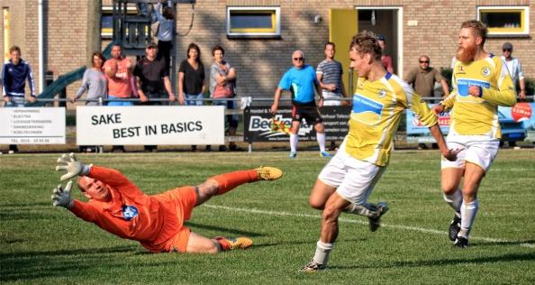 Onder het toeziend oog van Danny Metz (R) schiet de Sander Hekkelman de 3-2 achter de keeper van Trynwalden. Door dit doelpunt won de voetbalclub van Ameland, GeelWit van Trynwalden. Geelwit - Trynwalden