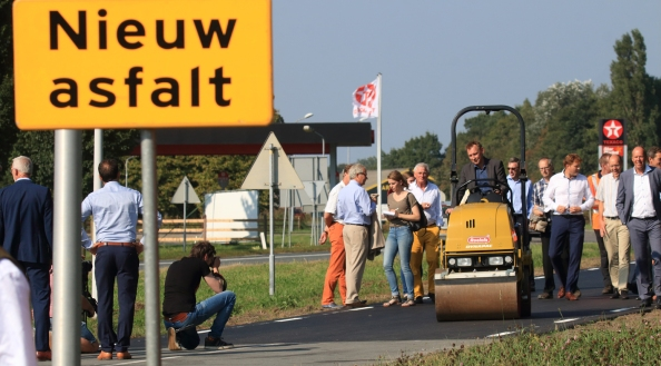 fietspad van gebruikt toiletpapier bij Jelsum Het eerste fietspad van gebruikt wc-papier in de wereld ligt tussen Leeuwarden en Stiens. Donderdag 15 september legden gedeputeerde Michiel Schrier (op de wals) van provincie Fryslân en dagelijks bestuurder Egbert Berenst van Wetterskip Fryslân met succes het laatste stukje asfalt op de fietssnelweg aan. Het project Van Afval naar Asfalt kan nu worden uitgerold over Nederland.