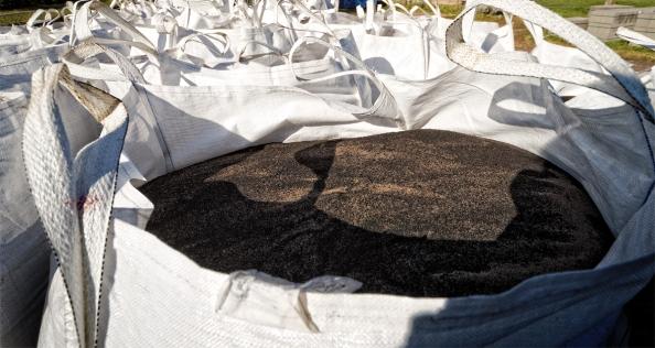 Tientallen transportzakken gevuld met rubbergranulaat staan klaar om over het nog te leggen kunstgras voetbalveld te worden gestrooid.Het gebruikte rubbergranulaat zijn gemalen autobanden die kankerwekkende AK's, nitrosaminen en weekmakers bevatten
