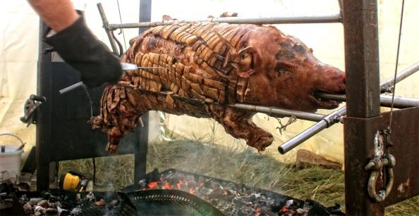 Braadmeester Roel van Kollem houd het glimmende varken in de gaten. Na een etmaal in de sauna op 120 graden te zijn voorgekookt hangt het nu aan het spit boven de glooiende kolen. Van binnen gevuld met oesters is het wachten op het moment van aansnijden.Eten & drinken op AndersWadNaast al het muzikale, theatrale en activiteitengeweld, nemen streekproducten en Slow Food ook  een belangrijke plek in op het AndersWad festival. Op het festivalmenu staan vele gerechten en producten uit de regio, maar ook de Noorse stoofpot 'bakkeljauw' van collega-vissers uit Noorwegen die net als 't Ailand zijn aangesloten bij Slow Food.Ook zijn er vegetarische en veganistische gerechten, met onder andere pompoensoep van pompoenen van de Groningse Stadsakker en de beroemde  huisgemaakte patat van de aardappels van Maatschap Westers uit Hornhuizen.Als klap op de vuurpijl zal om 16.00 het varken gevuld met duizenden oesters aan het spit gaan. Hier heeft het keukenteam al ruime tijd mee geoefend om het recept vorm te geven en te verfijnen.